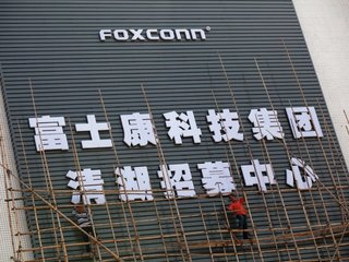 Trump announces $10 billion Foxconn plant in WI