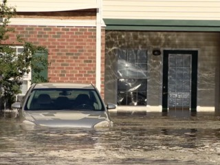 Strangers unite as floodwaters rise in Carolinas